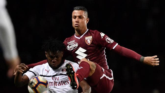 Duel antara Franck Kessie dan Armando Izzo pada laga lanjutan Serie A yang berlangsung di Stadion Turin, Torino, Senin (30/4). AC Milan kalah 0-2 kontra Torino. (AFP/Marco Bertorello)