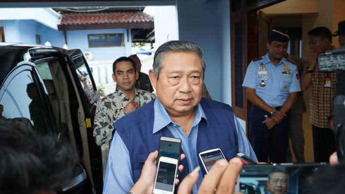 Mantan Presiden SBY didampingi istrinya, Ani Yudhoyono mengunjungi kota kelahirannya Pacitan yang dilanda bencana banjir, Kamis (30/11).(Liputan6.com/Fajar Abrori)