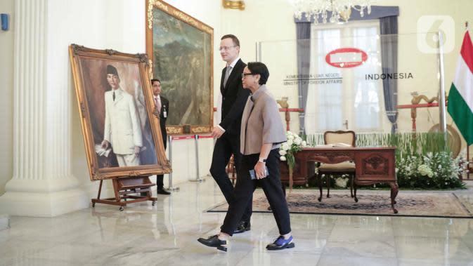 Menlu RI Retno Marsudi bersama Menlu Hungaria Péter Szijjártó bersiap melakukan pertemuan di Gedung Pancasila, Kementerian Luar Negeri, Jakarta, Kamis (23/1/2020). Pertemuan tersebut membahas hubungan birateral kedua bela negara di bidang ekonomi. (Liputan6.com/Faizal Fanani)