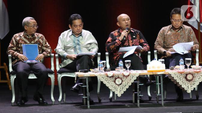 Menkop UKM Teten Masduki (kedua kanan) menyampaikan paparan saat diskusi panel VI Rakornas Indonesia Maju antara Pemerintah Pusat dan Forum Koordinasi Pimpinan Daerah (Forkopimda) di Bogor, Jawa Barat, Rabu (13/11/2019). Panel VI itu membahas transformasi ekonomi I. (Liputan6.com/Herman Zakharia)
