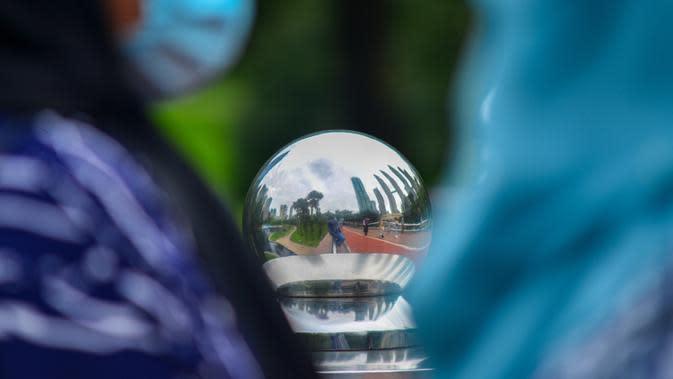 Para pejalan kaki yang mengenakan masker berjalan di dekat Menara Kembar Petronas di Kuala Lumpur, Malaysia, pada 3 Oktober 2020. Malaysia melaporkan tambahan 317 kasus terkonfirmasi COVID-19 pada Sabtu (3/10), sehingga totalnya bertambah menjadi 12.088. (Xinhua/Chong Voon Chung)