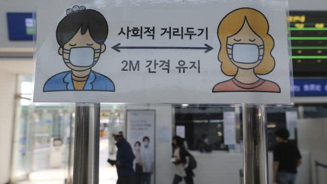Tanda jarak sosial terlihat di Stasiun Kereta Seoul, Seoul, Korea Selatan, Selasa (18/8/2020). Korea Selatan akan melarang pertemuan publik besar dan menutup gereja serta tempat hiburan malam menyusul lonjakan mengkhawatirkan dalam kasus COVID-19. (AP Photo/Ahn Young-joon)