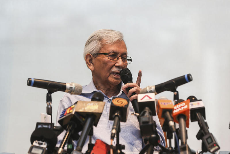 Tun Daim Zainuddin speaks during a press conference at Ilham Tower in Kuala Lumpur August 20, 2018. — Picture by Hari Anggara