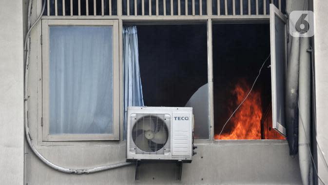 Kobaran api terlihat saat kebakaran kembali terjadi di Gedung SMK Yadika 6, Jatiwaringin, Pondok Gede, Bekasi, Jawa Barat, Selasa (19/11/2019). Kebakaran susulan ini mengejutkan sejumlah guru, siswa, dan pegawai yang tengah berada di lokasi. (merdeka.com/Iqbal Nugroho)