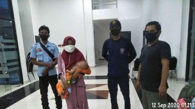 Seorang ibu bawa anak baru lahir cari suami di Jakarta