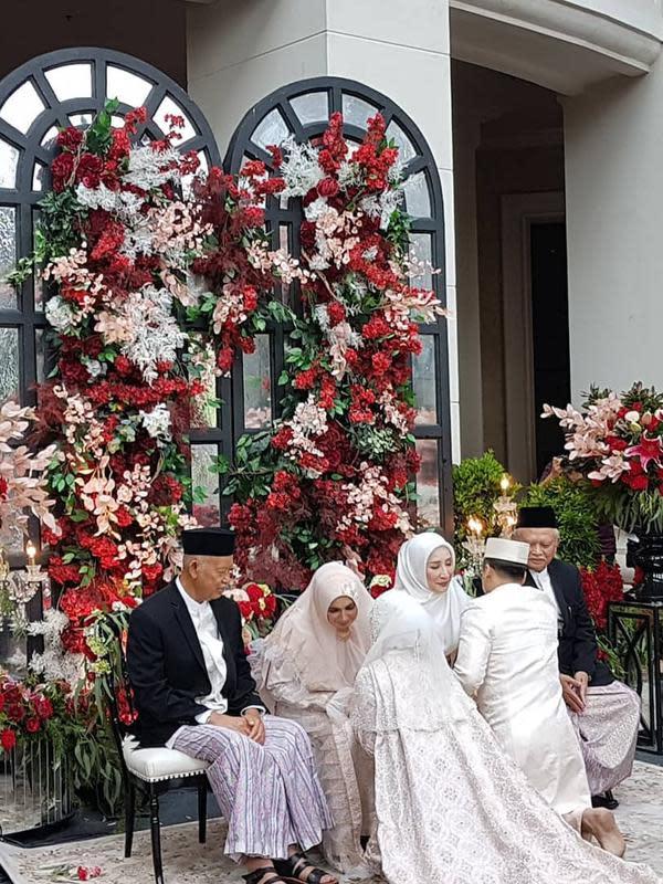 Setelah sah menjadi pasangan suami istri, kedua pengantin ini sungkem, meminta doa restu kepada orangtua kedua mempelai. (Instagram/ghatie.rp)