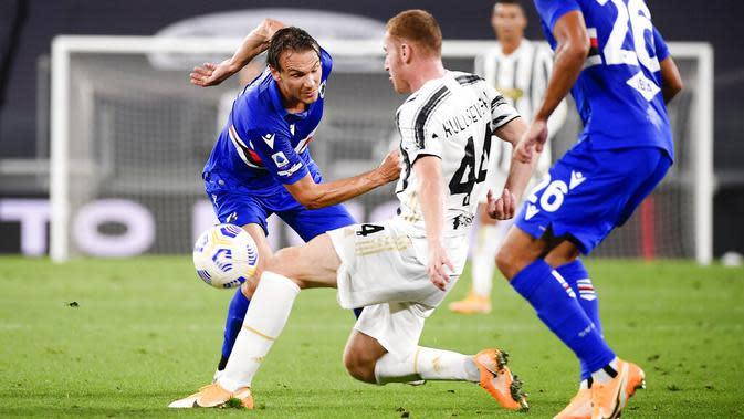 Pemain Juventus, Dejan Kulusevski, menghadang pemain Sampdoria, Albin Ekdal, pada laga Serie A di Stadion Allianz, Minggu (20/9/2020). Juventus menang dengan skor 3-0. (Marco Alpozzi/LaPresse via AP)