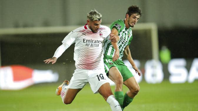 Pemain AC Milan, Theo Hernandez (kiri) berduel dengan pemain Rio Ave, Lucas Piazon, pada kuallifikasi Liga Europa, di Vila do Conde, Jumat (2/10/2020). (AP Photo/Luis Vieira)