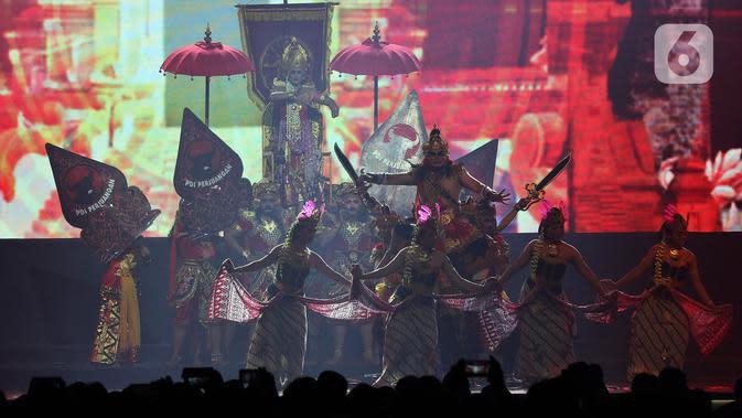 Pertunjukan seni meramaikan malam kebudayaan pada penutupan Rakernas I PDI Perjuangan di JIEXPO Kemayoran, Jakarta, Minggu (12/1/2020). Rakernas menghasilkan rekomendasi pembumian ideologi Pancasila, menjaga NKRI dan kebinekaan, kedaulatan wilayah serta ekonomi. (Liputan6.com/Johan Tallo)