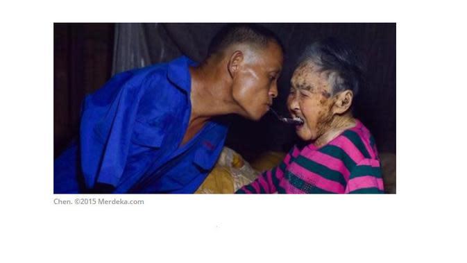 Kisah Chen Disabilitas Tanpa Tangan, Hidupi dan Rawat Ibunya yang Sakit
