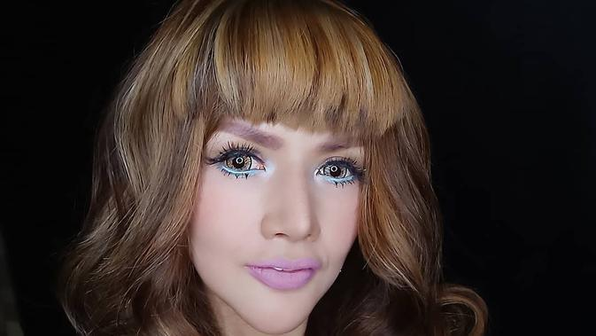 Gaya Barbie Kumalasari dengan Makeup Seperti Boneka (sumber: instagram/barbiekumalasari)