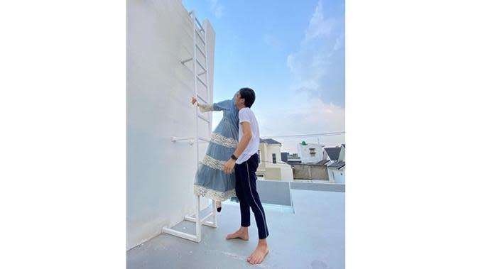 6 Momen Dinda Hauw Difoto Rey Mbayang di Atap Rumah, Hasilnya Keren (sumber: Instagram.com/dindahw)