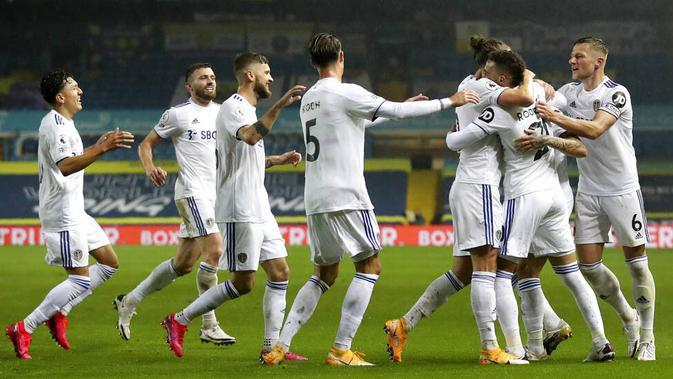 Para pemain Leeds United merayakan gol yang dicetak oleh Rodrigo ke gawang Manchester City pada laga Liga Inggris di Stadion Elland Road, Sabtu (3/10/2020). Kedua tim bermain imbang 1-1. (Cath Ivill/Pool via AP)