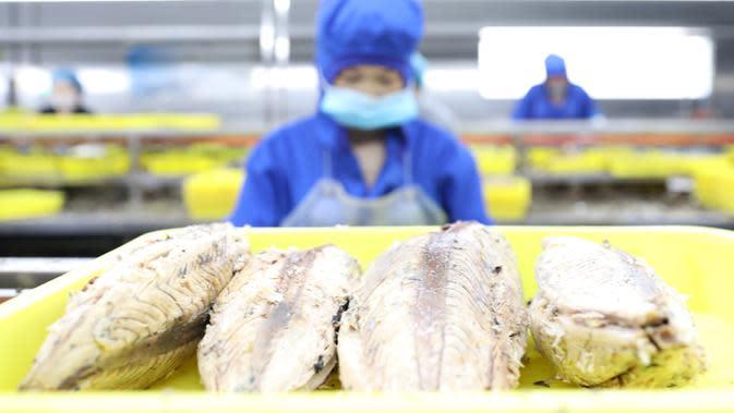 Pekerja mengolah ikan di pabrik sebuah perusahaan makanan di Donggang, Provinsi Liaoning, China, 10 September 2020. Perusahaan-perusahaan produk ikan di Donggang sedang mengembangkan sejumlah produk olahan baru dan memperluas saluran pemasaran untuk memastikan penjualan mereka. (Xinhua/Yao Jianfeng)