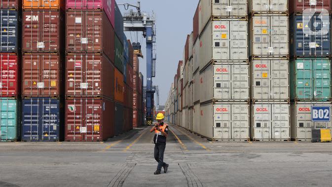 Aktivitas pekerja bongkar muat peti kemas di Tanjung Priok, Jakarta, Selasa (8/10/2019). Angka tersebut menurun 9,99% dibandingkan Agustus 2018 yang sebesar US$ 15,9 miliar. (Liputan6.com/Angga Yuniar)