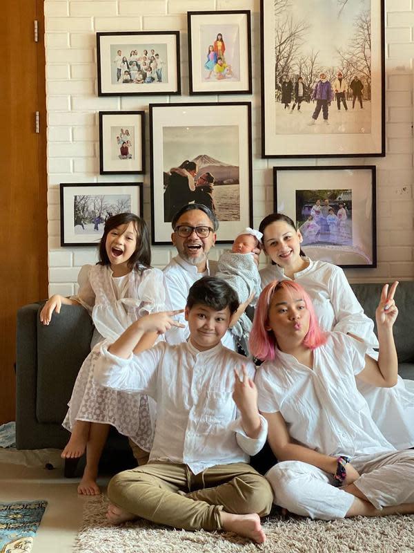Meski harus di rumah aja saat lebaran karena sedang ada pandemi, keluarga ini terlihat kompak dan bahagia dengan kehadiran anggota keluarga barunya, Numa. (Instagram/monaratuliu)
