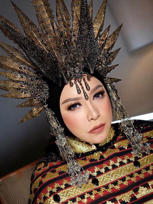 Penyanyi asal Bandung ini kembali mengenakan headpiece yang bertajuk