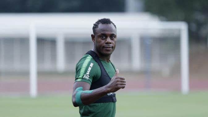 Victor Igbonefo - Mantan pemain Persib Bandung ini menjadi pilihan Simon McMenemy dalam menjaga lini pertahanan Timnas Indonesia. Tubuh yang kekar dan fisik yang kuat diharapkan bisa menjadi momok bagi penyerang lawan. (Bola.com/M Iqbal Ichsan)