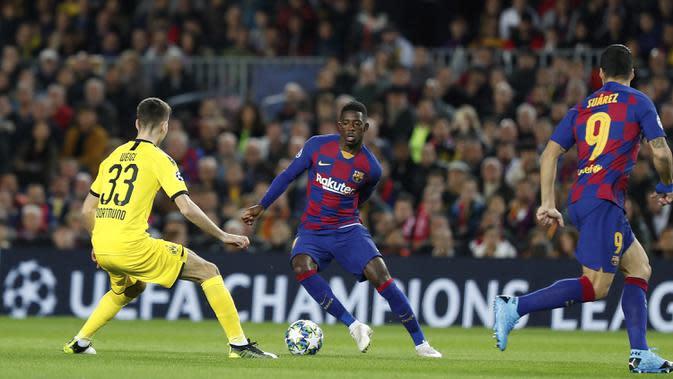 Penyerang Barcelona, Ousmane Dembele (tengah) berusaha melewati pemain Borrusia Dortmund, Julian Weigl pada pertandingan Grup F Liga Champions di stadion Camp Nou, Spanyol (27/11/2019). Barcelona menang 3-1 atas Dortmund. (AP Photo/Joan Monfort)