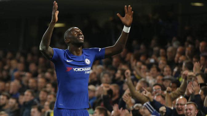 Bek Chelsea, Antonio Rudiger, merayakan gol yang dicetaknya ke gawang Everton pada laga Piala Liga di Stadion Stamford Bridge, London, Rabu (25/10/2017). Chelsea menang 2-1 atas Everton. (AP/Alastair Grant)