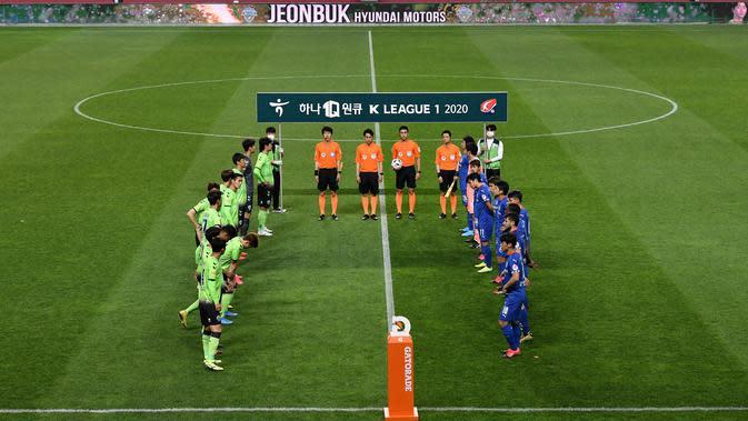 Pemain Jeonbuk Hyundai Motors dan Suwon Samsung Blue Wings sebelum memulai pertandingan pembukaan kompetisi K-League Korea Selatan di Stadion Jeonju, Jumat (8/5/2020). Jeonbuk menang 1-0 atas Suwon. (AFP/Jung Yeon-Je)