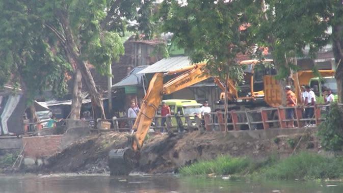 Pemkot Surabaya mengeruk Kalimas untuk mencegah terjadinya genangan air. (Liputan6.com/ Dian Kurniawan)