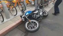 轎車撞重機失控 衝UBike站毀10單車