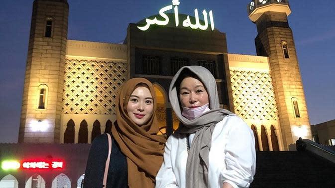 Momen ibunda Ayana ke masjid pertama kali, tampil pakai kerudung. (Sumber: Instagram/@xolovelyayana)