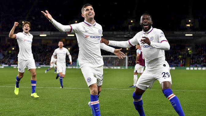 Gelandang Chelsea, Christian Pulisic, merayakan gol yang dicetaknya ke gawang Burnley pada laga Premier League di Stadion Turf Moor, Burnley, Sabtu (26/10). Burnley kalah 2-4 dari Chelsea. (AP/Anthony Devlin)