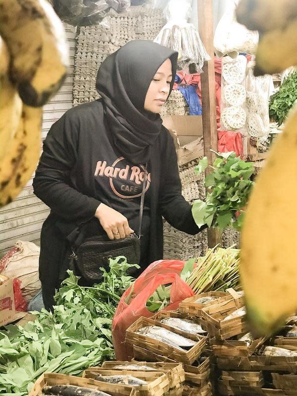 Salah satu kegiatan ketika cuti dari Kotak, Tantri sering mengunjungi pasar tradisional.