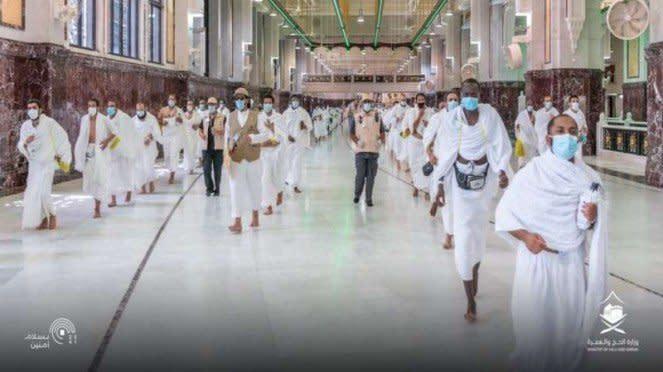 Jemaah haji menerapkan physical distancing saat melaksanakan Sai