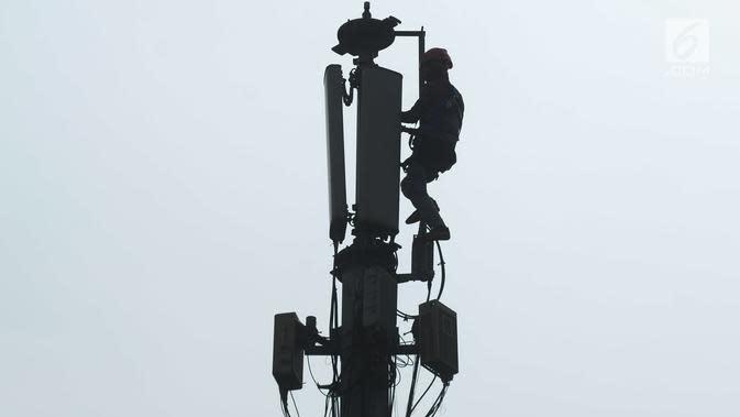 Teknisi melakukan pengecekan audit data jaringan 3G dan 4G pada tiang monopol di Jalan Diponegoro, Jakarta, Sabtu (24/8/2019). Sinyal 4G hanya menjangkau jarak 1 kilometer. (merdeka.com/Imam Buhori)