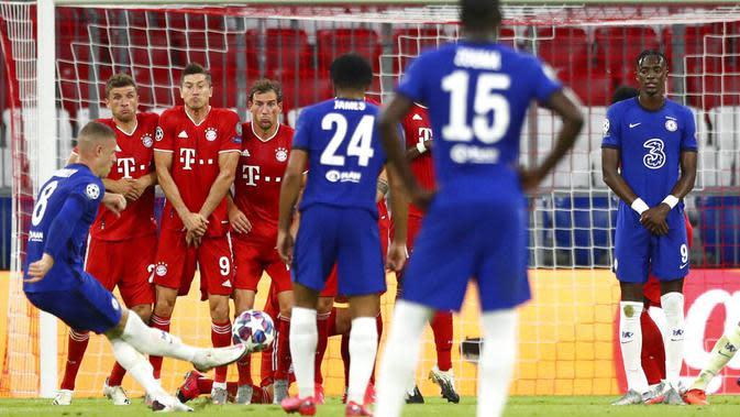 Pemain Chelsea, Ross Barkley, melepaskan tendangan bebas ke gawang Bayern Munchen pada laga Liga Champions di Allianz Arena, Sabtu (8/8/2020). Bayern Munchen menang 4-1 atas Chelsea. (AP/Matthias Schrader)