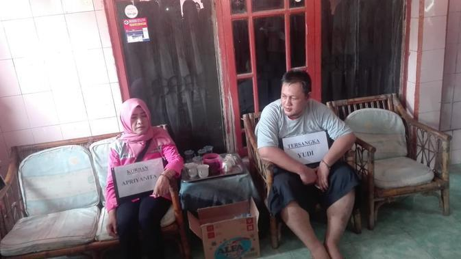Salah satu reka ulang tersangka Yudi Tama saat bertemu dengan PNS Palembang AP sebelum terjadi pembunuhan (Liputan6.com / Nefri Inge)