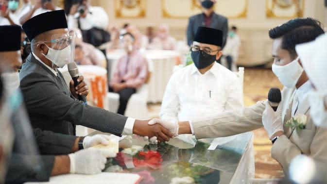 Pasangan asal Banyuwangi menerapkan protokol kesehatan saat menikah.