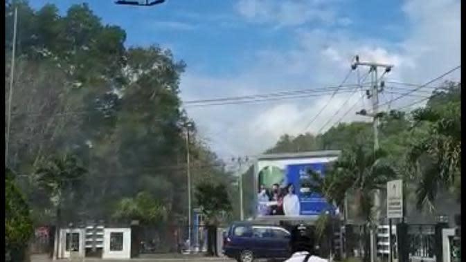 Polisi gunakan helikopter halau mahasiswa di Kendari.(Liputan6.com/Ahmad Akbar Fua)