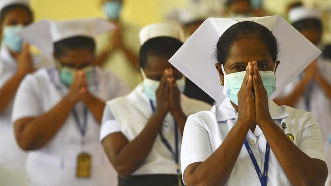 Perawat saat memperingati Hari Perawat Internasional di Kolombo, Sri Lanka, Selasa (12/5/2020). WHO mendesak pemerintah dunia memastikan keselamatan, kesehatan, hingga dukungan keuangan untuk perawat di tengah pandemi COVID-19. (Ishara S. KODIKARA/AFP)