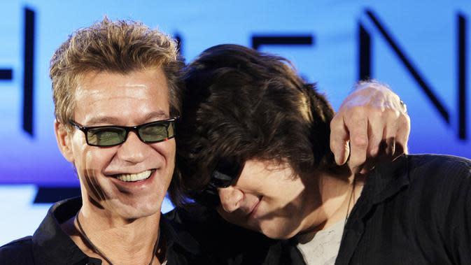 Eddie Van Halen (kiri) memeluk putranya Wolfgang Van Halen setelah grup rock Van Halen secara resmi mengumumkan tur Amerika Utara mereka selama konferensi pers di Los Angeles pada 13 Agustus 2007. Eddie Van Halen meninggal dunia pada Selasa pagi, 6 Oktober 2020. (AP Photo/Kevork Djansezian, File)