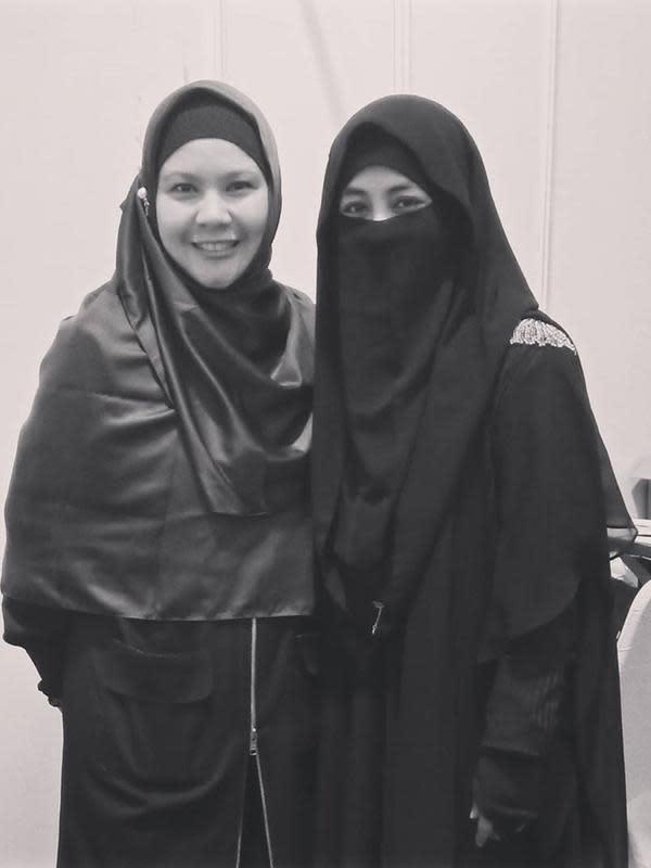 Theresia Ebenna kini tampil cantik dengan hijab setelah mantap berhijrah. (Sumber: Kapanlagi/Instagram/@_ummi_pipik_)