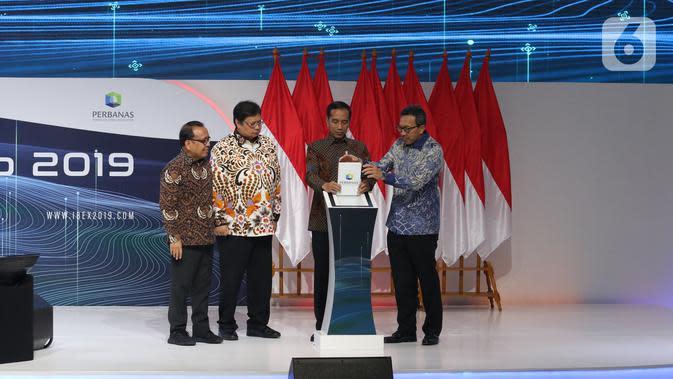 Presiden Joko Widodo atau Jokowi didampingi Menteri Koordinator Bidang Perekonomian Airlangga Hartarto (kedua kiri) membuka acara Indonesia Banking Expo 2019 di Jakarta, Rabu (26/11/2019). (Liputan6.com/Angga Yuniar)