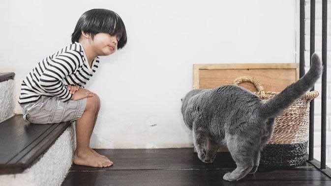 Selanjutnya adalah potret menggemaskan Sekala saat bermain dengan kucingnya. Coba lihat, ekspresi mata terpejam dengan rambut yang agak gondrong membuat parasnya makin lucu. Tak heran kalau kecil-kecil sudah punya banyak penggemar. (Instagram/dittopercussion)