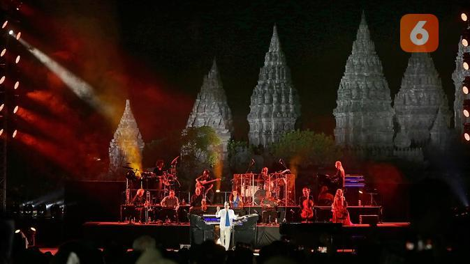 Yanni, Komposer dunia asal Yunani, tampil memukau dalam special show d hari kedua Prambanan Jazz Festival 2019 pada Sabtu (6/7/2019) di Candi Prambanan, Yogyakarta. (Bambang E Ros/Fimela.com)