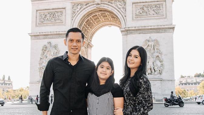 Kemesraan Annisa Pohan dengan keluarga terlihat saat mengunjungi negara Prancis. Bersama dengan putrinya yang bernama Almira Tunggadewi Yudhoyono dan suaminya AHY, terlihat raut wajah bahagia dari keluarga harmonis ini. (Liputan6.com/IG/@annisayudhoyono)