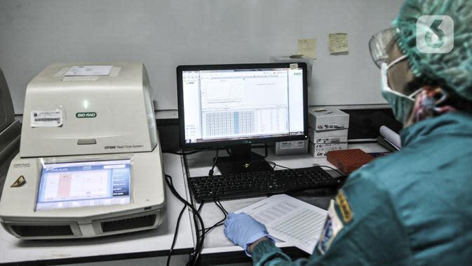 Tim medis mendata sampel sebelum diuji di laboratorium pemeriksaan Covid-19 di Labkesda DKI Jakarta, Selasa (4/8/2020). Labkesda DKI yang berjejaring dengan 47 lab se-Jakarta dalam sehari tercatat mampu menguji hampir 10.000 spesimen Covid-19 dengan metode PCR. (merdeka.com/Iqbal Nugroho)