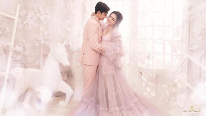 Masih bersama FD Photography, konsep foto preweddingnya kali ini bertema 'Awesome Love in a Fairy World'. (Instagram/fdphotography90)