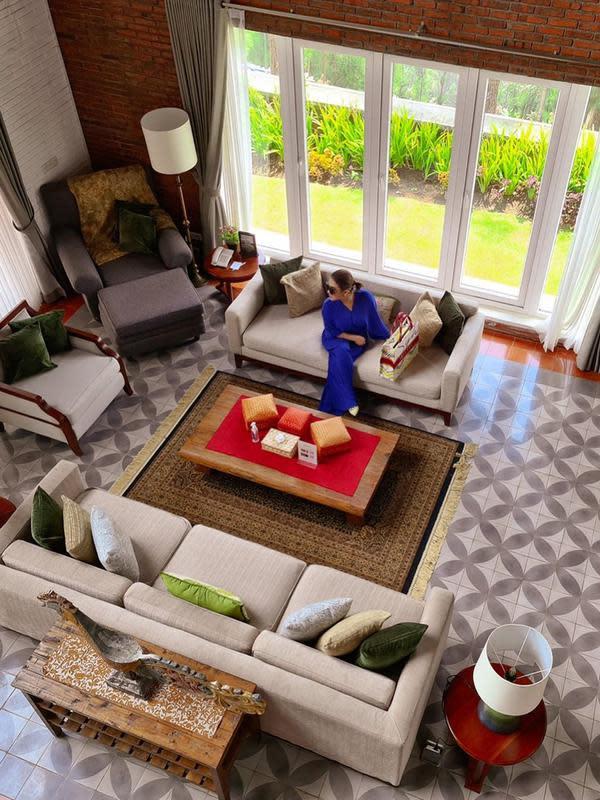 Kalau yang sebelumnya adalah kamar yang ditempati Reino dan Syahrini, di foto ini terlihat bagian dalam dari vila atau rumah tempat mereka liburan. Dari bagian atas, terlihat sangat mewah kan? (Instagram/princessyahrini)