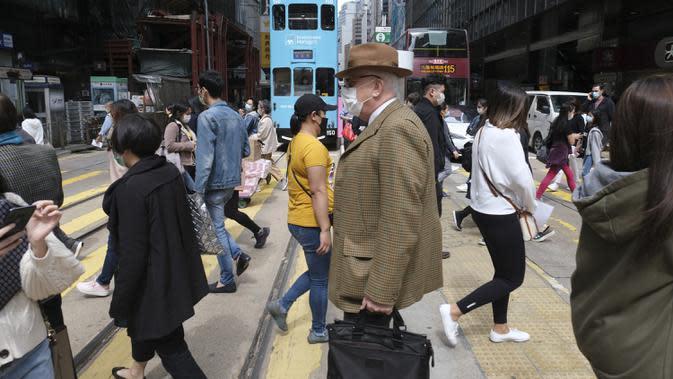 Warga terlihat mengenakan masker di Central, pusat retail dan bisnis, di Hong Kong, China selatan (28/2/2020). Total kasus terkonfirmasi virus corona COVID-19 di Hong Kong bertambah menjadi 126, demikian disampaikan Pusat Perlindungan Kesehatan Hong Kong pada Rabu (11/3) sore. (Xinhua/Wang Shen)