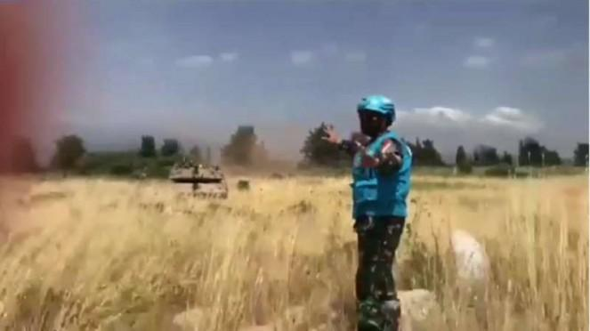 VIVA Militer: Prajurit TNI menghadang tank tentara Israel.