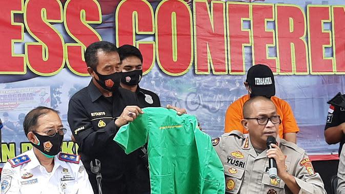 Kabid Humas Polda Metro Jaya Kombes Yusri Yunus Memperlihatkan Pakaian Tersangka Pelecehan Seksual di Bandara Soetta. (Foto: Pramita Tristiawati/Liputan6.com)