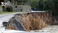 暴風雨襲法、義 豪雨釀災道路大面積崩塌